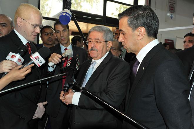 Le Premier ministre Ahmed Ouyahia (au c.) et l'homme d'affaires Ali Haddad lors de la 3ème edition du Forum des Chefs d'entreprise (FCE), à Alger le 18 octobre 2017.