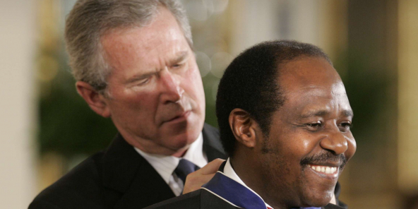 Paul Rusesabagina décoré par l'ancien président américain George Walker Bush, en 2005.