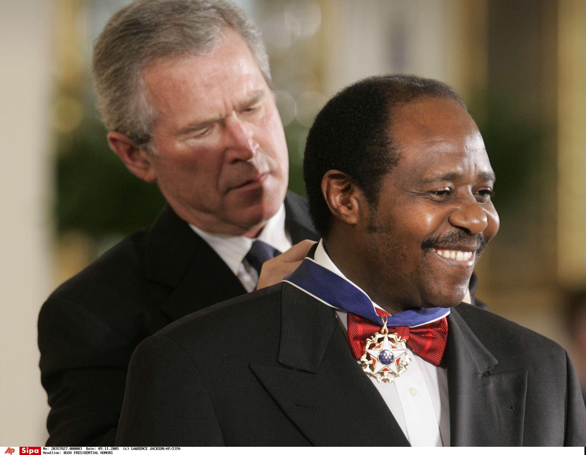 Paul Rusesabagina décoré par l'ancien président américain George W. Bush, en 2005.