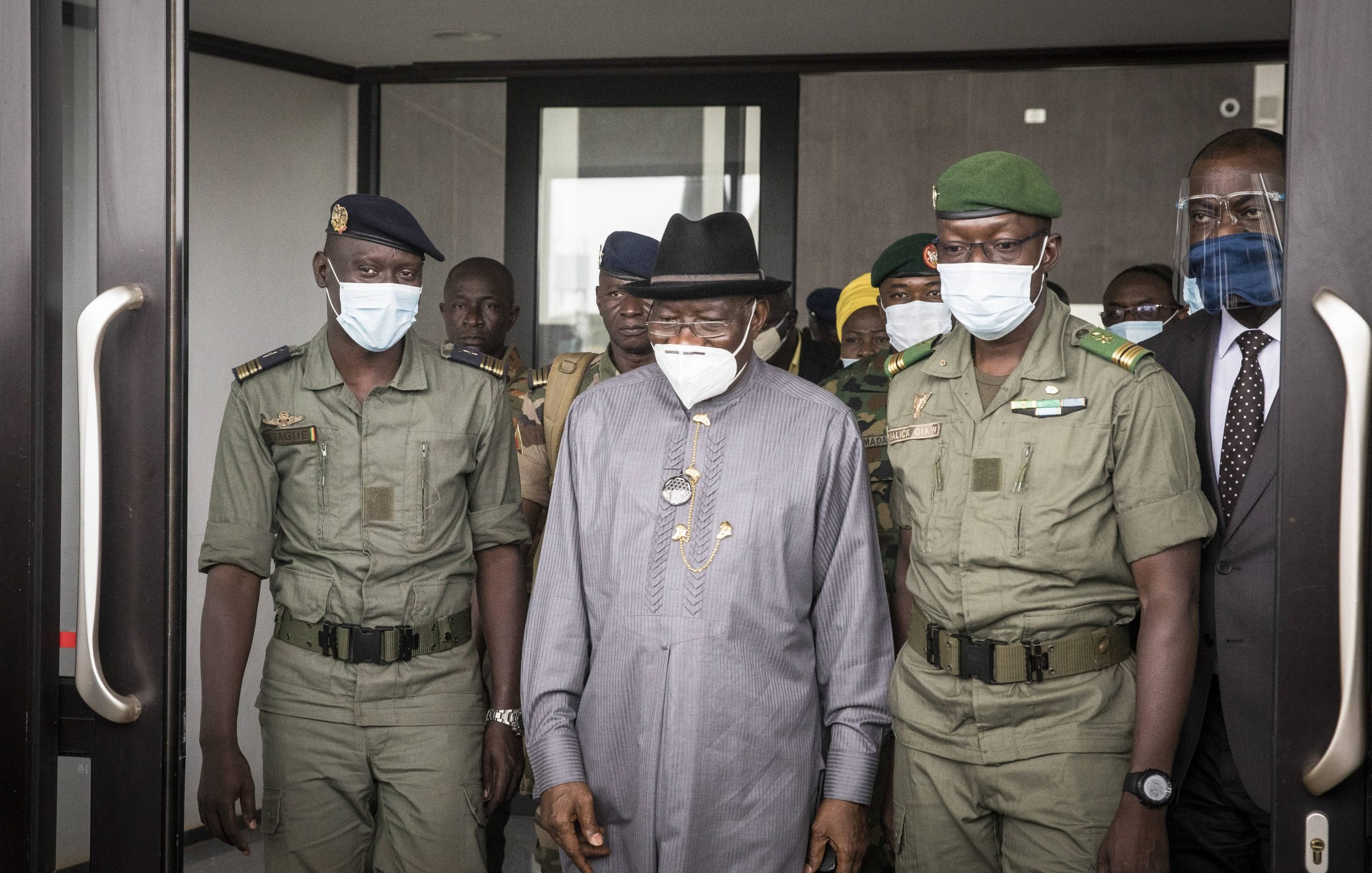 Malick Diaw (béret vert), accueille l'ex-président nigérian, Goodluck Jonathan (au centre) lors de son arrivée au Mali, le 22 août 2020.