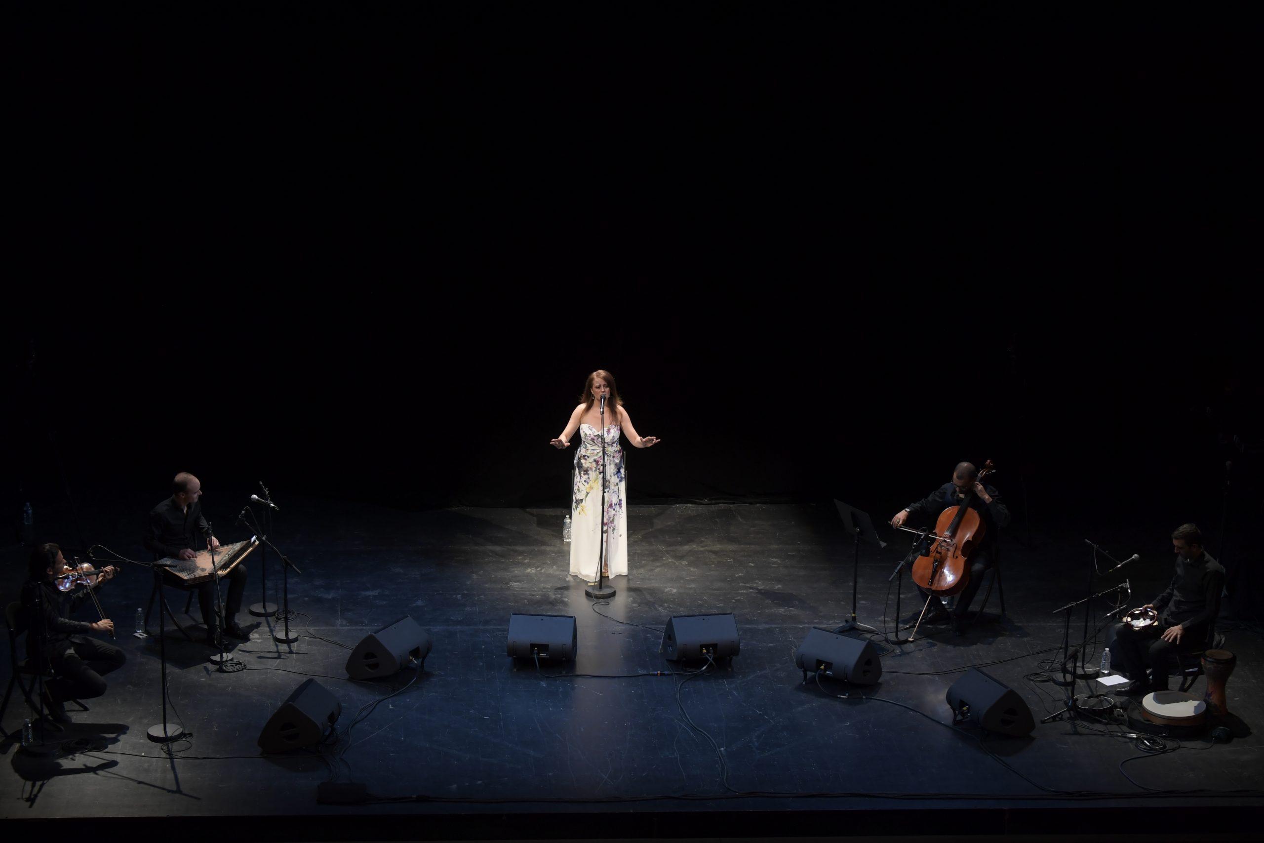 Arabesques est le plus important festival européen consacré aux arts du monde arabe (conte, cinéma, musique, calligraphie…).