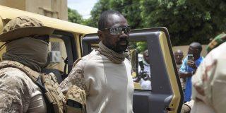 Le colonel Assimi Goïta, ici le 24 août 2020 à Bamako après le coup d'État contre IBK, a poussé le président de la transition Bah N'Daw à la démission.