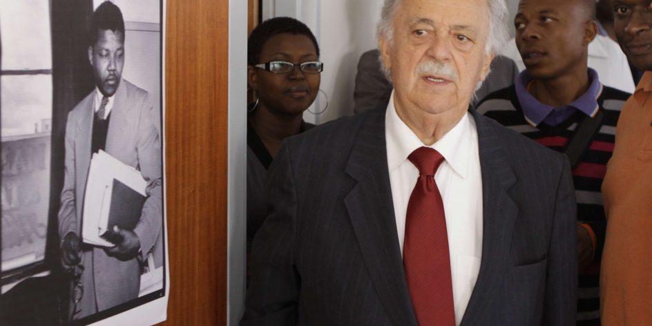 George Bizos, en 2011, contemple un portrait de Nelson Mandela jeune.