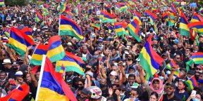 Des milliers de personnes manifestent à Port-Louis, à Maurice le 29 août 2020, contre la gestion de la marée noire par le gouvernement mauricien.