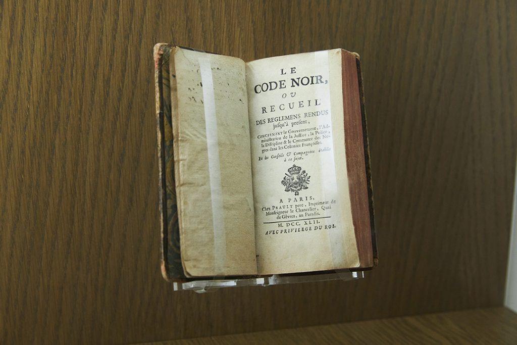 Jean-Baptiste Colbert fut l'instigateur du «Code Noir», titre donné à l'Ordonnance royale de Louis XIV qui réglementait la vie des esclaves dans les colonies, officialisant leur statut de «biens meubles» que l'on peut posséder, vendre ou échanger.