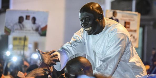 Idrissa Seck salue ses supporters à Dakar, pendant la campagne pour la présidentielle du 24 février 2019.