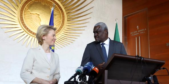 La présidente de la Commission européenne, Ursula Von Der Leyen, et le président de la Commission de l'Union africaine, Moussa Faki Mahamat, le 7 décembre 2019 au siège de l'UA à Addis-Abeba.