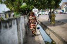 A Kinshasa, une infirmière transporte des vaccins dans une boîte réfrigérée.