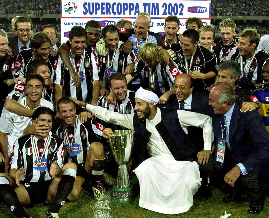 Saadi Kadhafi, au centre, célébrant en 2002 la victoire de la Juventus de Turin lors de la finale de la Super Coupe italienne qui s'est tenue à Tripoli.