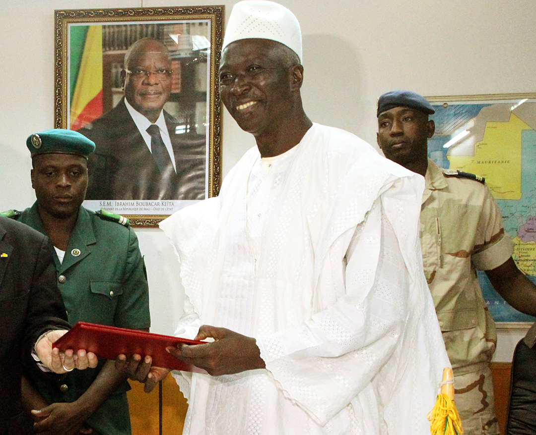 Bah N'Daw, ici en 2014 lorsqu'il était ministre de la Défense, lors d'une rencontre avec le ministre français Jean-Yves Le Drian, a été nommé président de la transition au Mali le 21 septembre 2020.