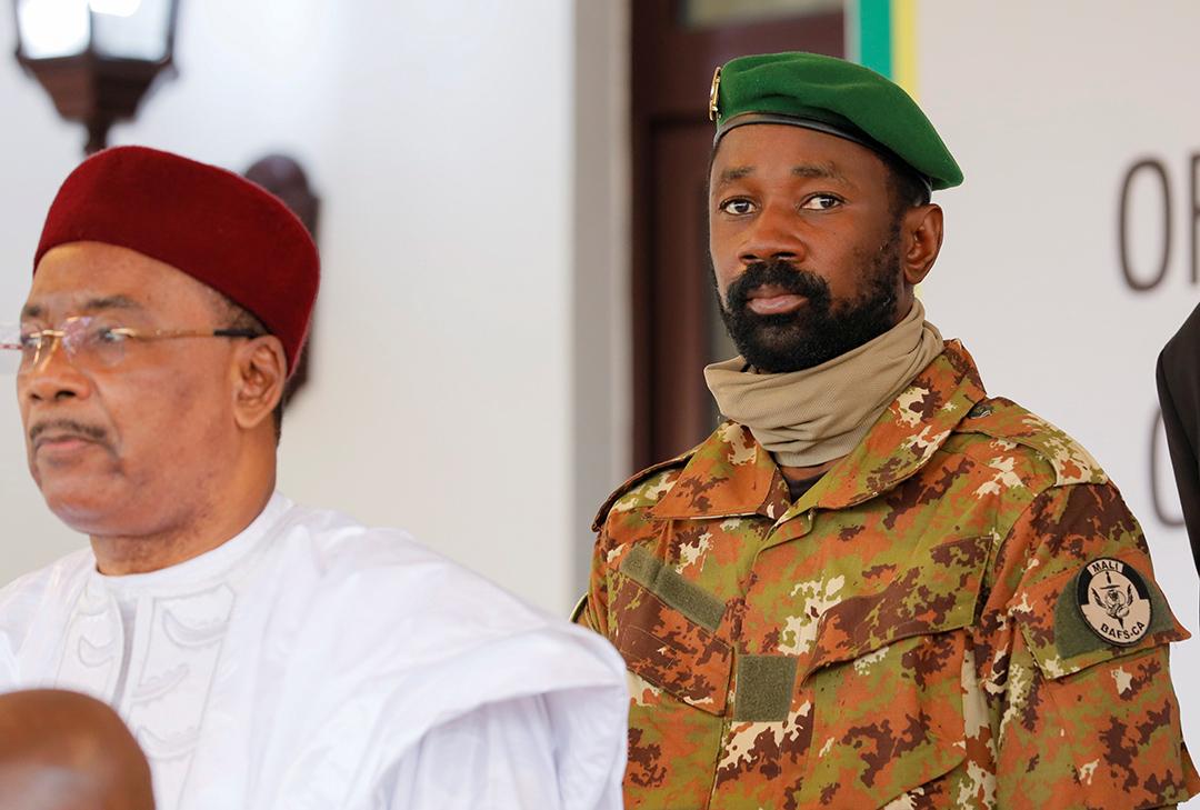 Assimi Goïta, derrière le président nigérien, Mahamadou Issoufou, à Accra, le 15 septembre 2020.