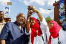 Ismaïl Omar Guelleh et des étudiantes en médecine, lors de l'inauguration du nouveau campus de l'université de Djibouti, en 2018.