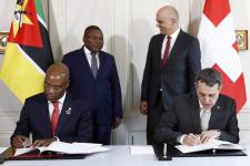 Les ministres des Affaires étrangères mozambicain (José Condungua Pacheco, àg.) et suisse (Ignazio Cassis, à dr.) signant un accord de coopération sous le regard de leurs présidents respectifs (Filipe Nyusi et Alain Berset), à Berne, le 28février 2018.