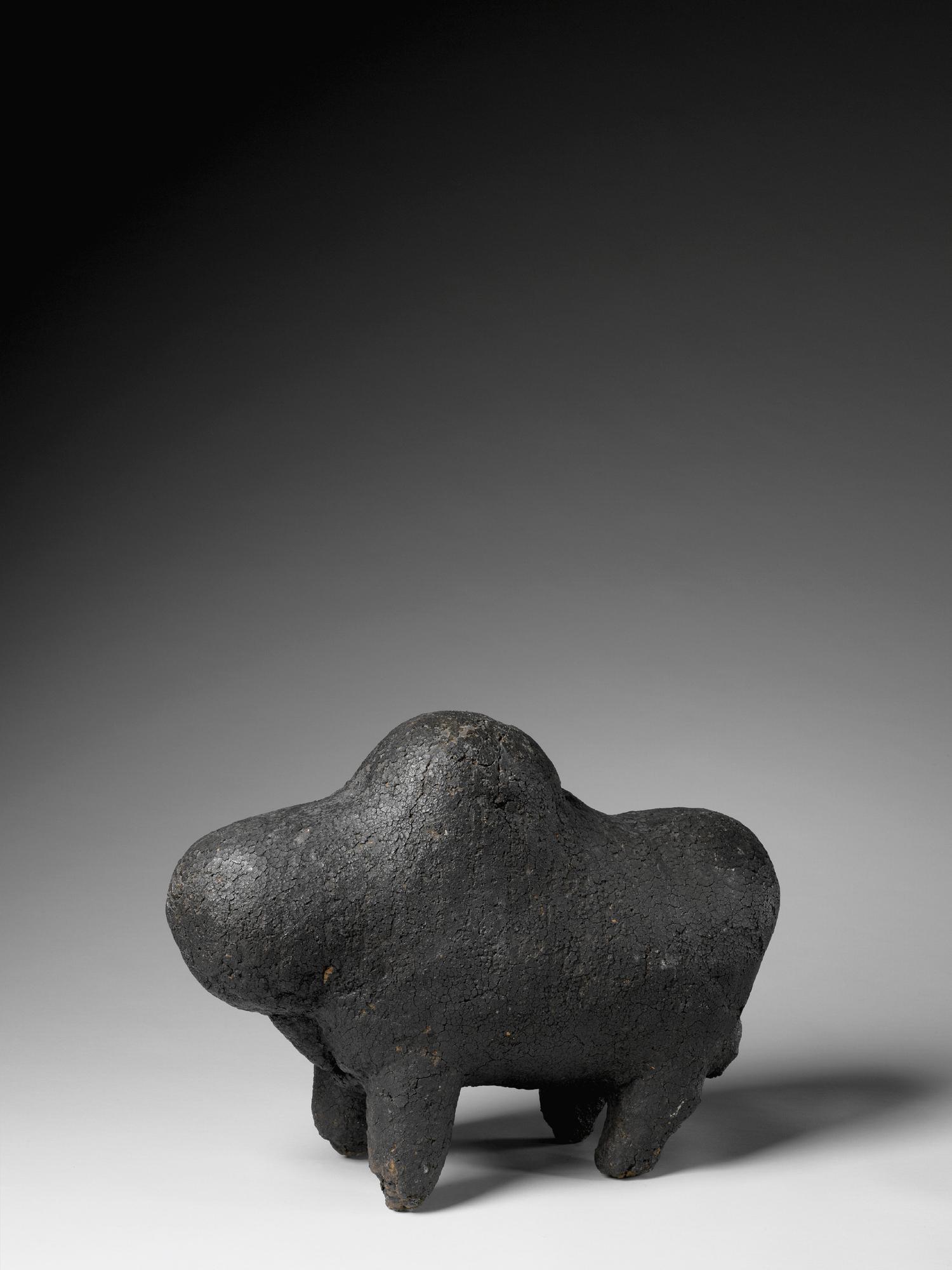 Le boli était conservé dans un sanctuaire de la société initiatique dite Kono. L'animal représenté serait un hippopotame ou un cheval.