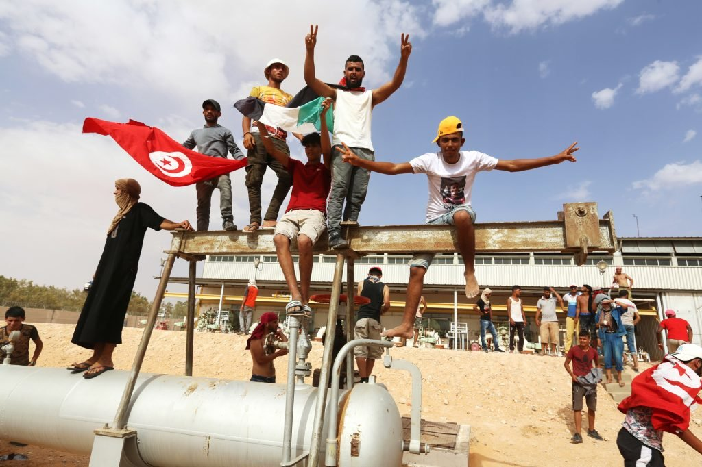 Des sit-inneurs sans emploi occupant une unité de production pétrolière, à El-Kamour, dans le sud du pays, le 16juillet.