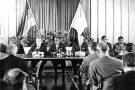 Conférence de presse de Félix Houphouët-Boigny à Bonn, en juillet1967. On reconnaît, à l'extrême droite, Henri Konan Bédié, alors ministre des Finances.