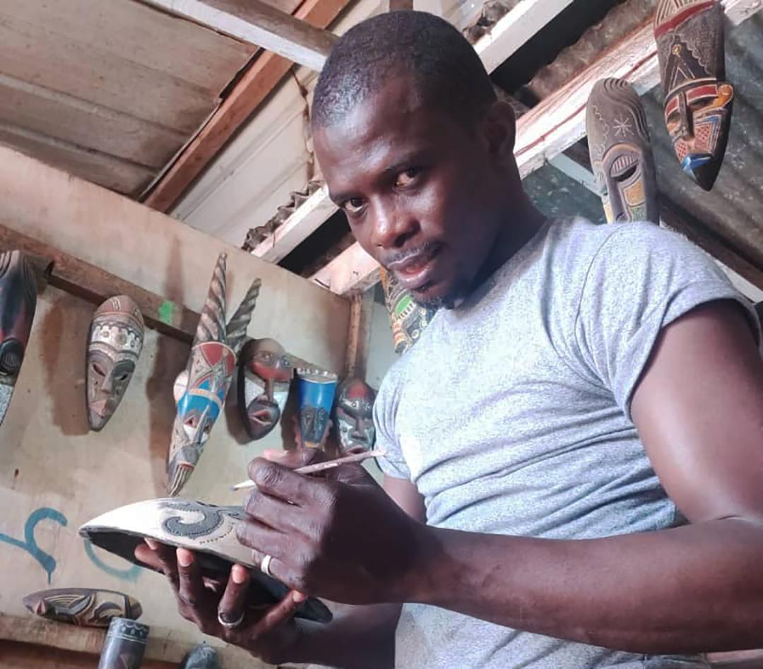 Le sculpteur ghanéen Abdul Aziz