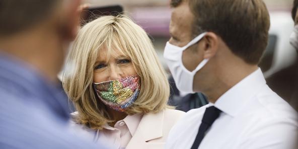 Brigitte Macron arbore un masque inspiré d'une toile de Mehdi Qotbi, lors d'un déplacement dans le Gers, le 18 septembre 2020.