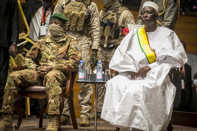 Mali : Bah N'Daw investi président de transition, les sanctions de la Cedeao maintenues