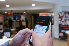 Un employé Orange manipule l'application Orange Money dans une boutique de Casablanca.