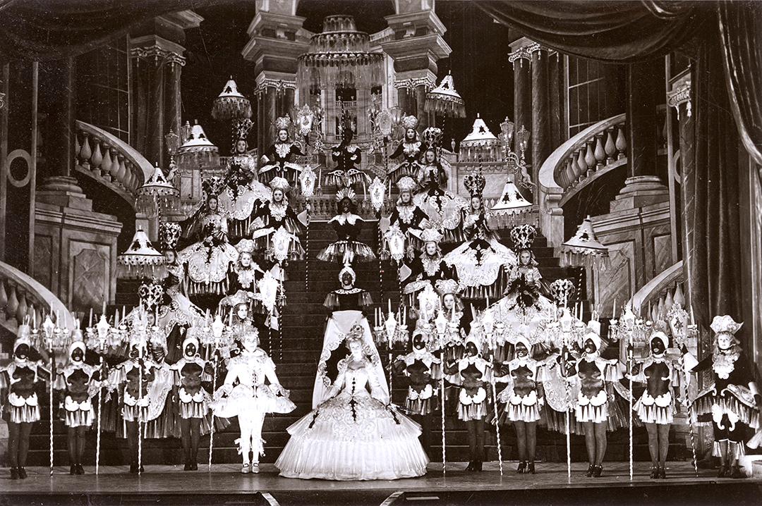 Acteurs grimés en noir, aux Folies Bergère, à Paris, dans les années 1920.