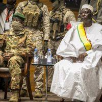 Le président de la transition Bah N'Daw, et le vice-président, le colonel Assimi Goïta, lors de la prestation de serment, le 25 septembre 2020 à Bamako.