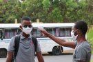 Contrôle de la température à l'entrée du lycée Lamine Gueye, à Dakar, le 25 juin 2020