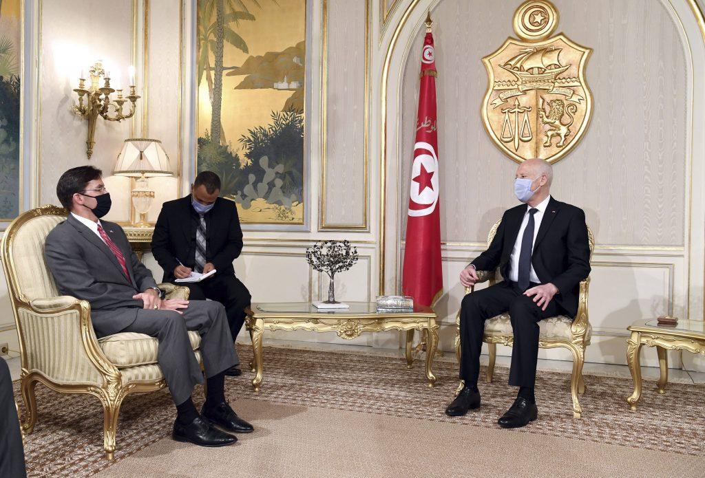 Le secrétaire américain à la Défense Mark Esper avec le président tunisien Kaïs Saïed, le 30 septembre 2020, à Tunis.