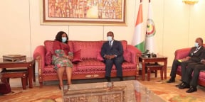 Le président ivoirien, Alassane Ouattara, et la ministre ghanéenne des Affaires Etrangères, Shirley Ayorkor Botchway, le 5 octobre 2020, au palais présidentiel, à Abidjan