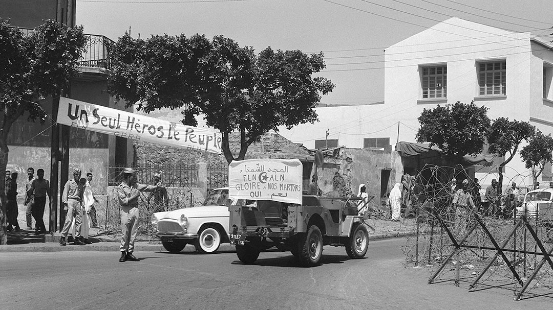 Dans une rue d'Alger en juillet 1962.