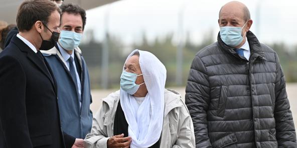 L'ex-otage Sophie Pétronin, accueillie en France à son retour de Bamako par Emmanuel Macron et Jean-Yves Le Drian.