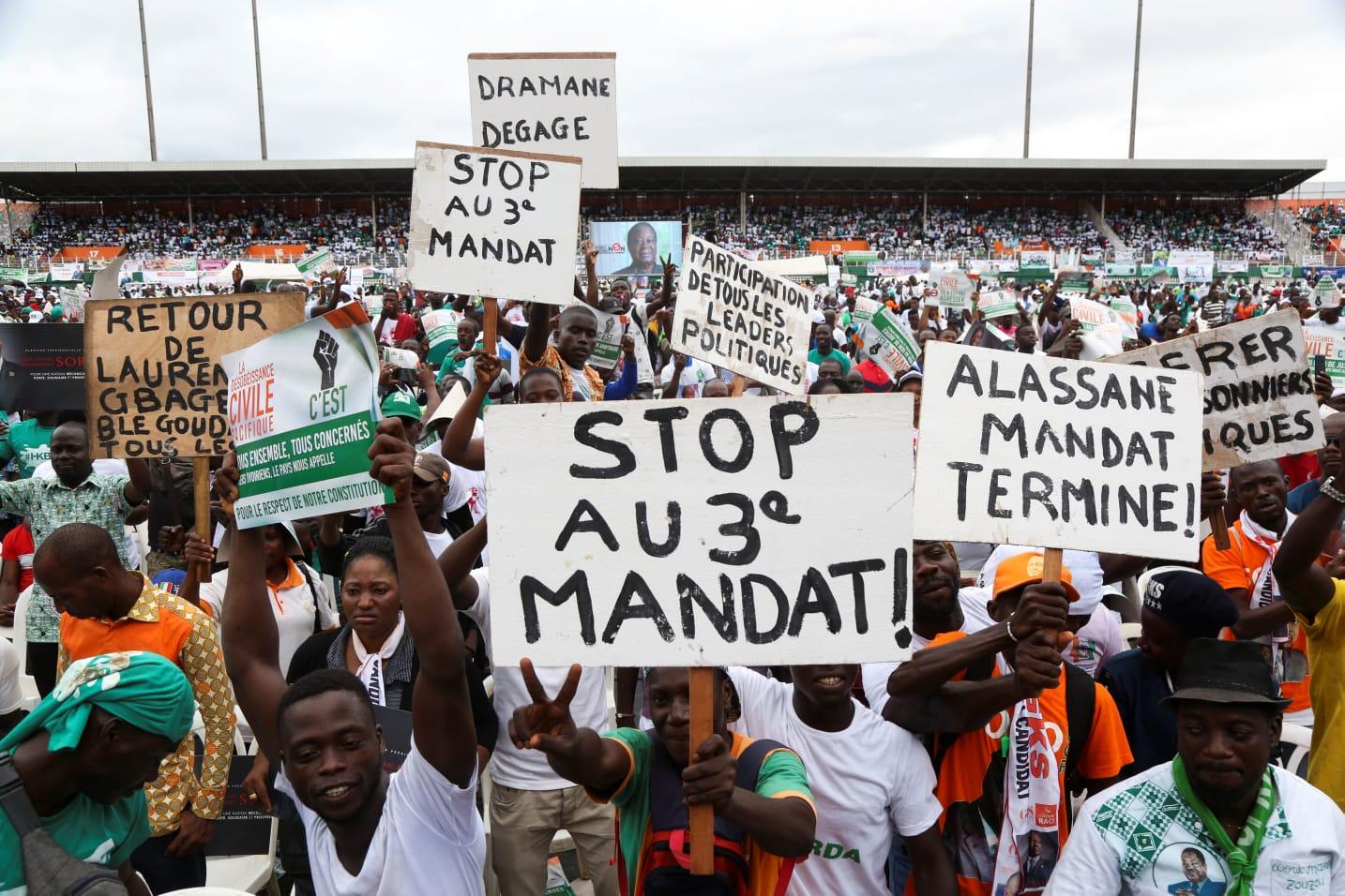 Ondersteuners van die opposisie, het op 10 Oktober 2020 in Abidjan vergader.