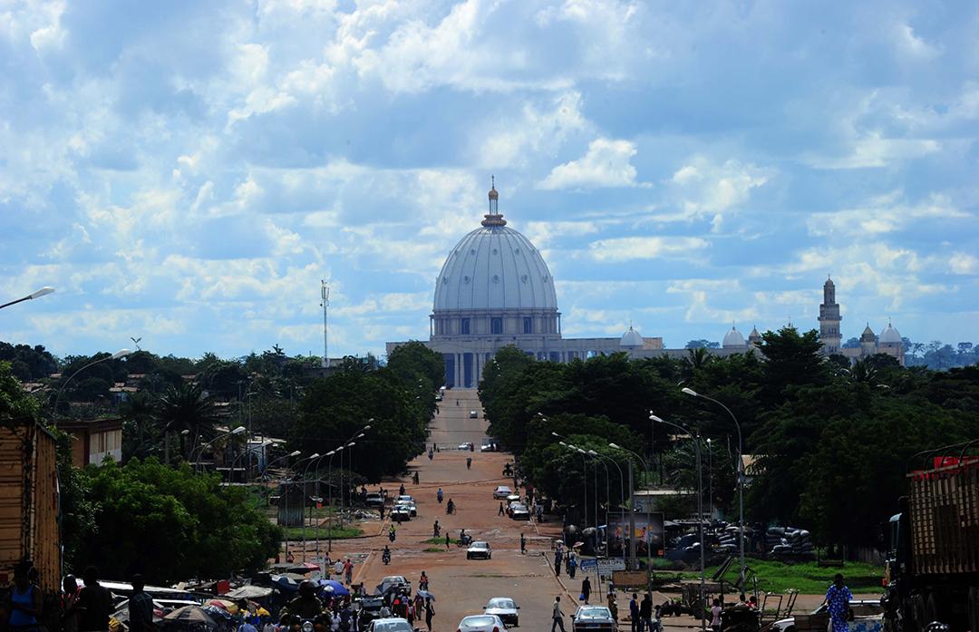 La basilique Notre-Dame-de-la-Paix, à Yamoussoukro, n'est pas sans rappeler celle de Saint-Pierre de Rome… en plus grand.