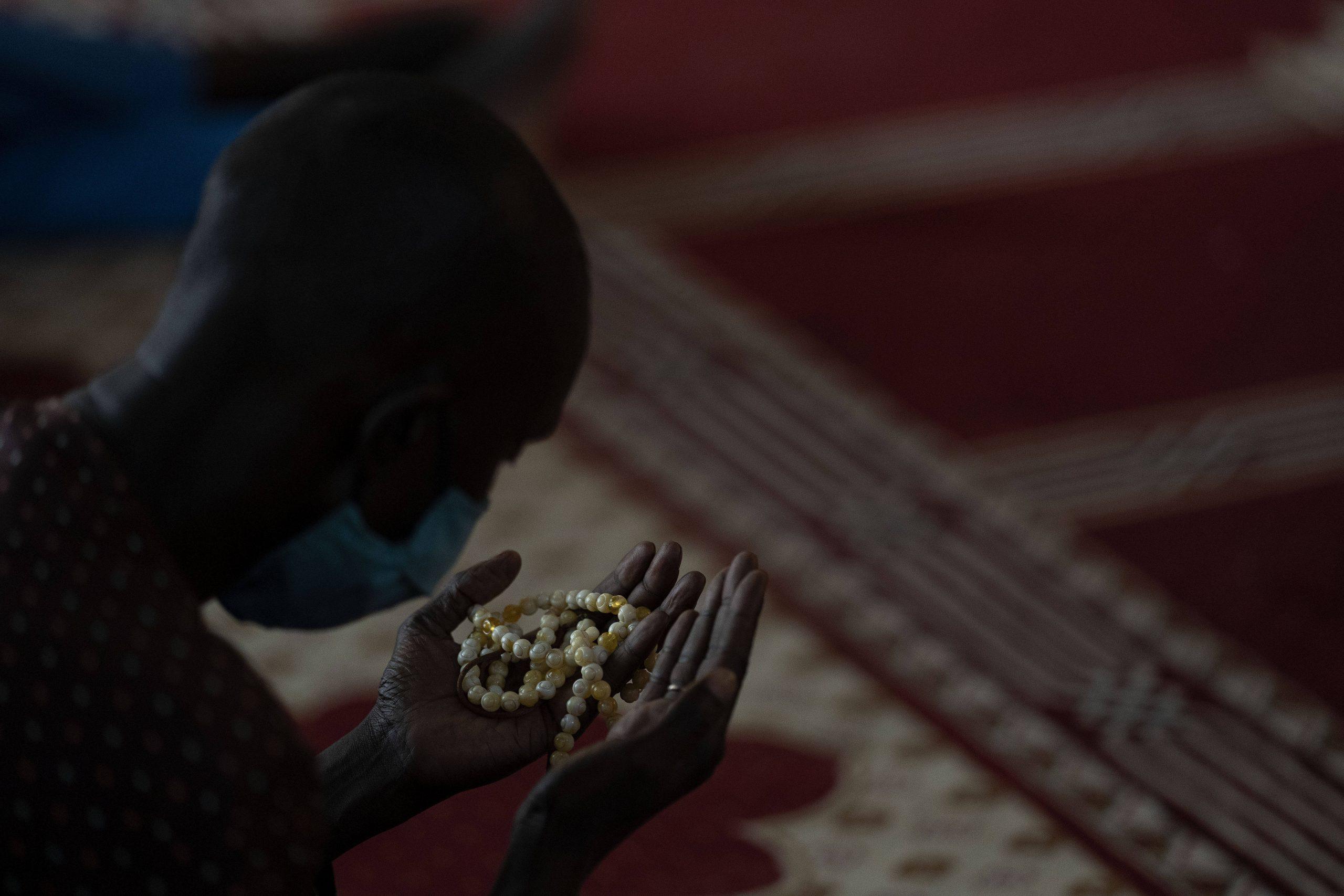 Un fidèle prie dans la grande mosquée de Touba, lors du Grand Magal 2020.