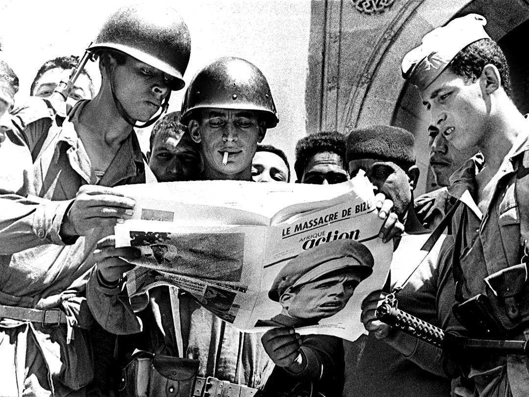 "The reading of ""Afrique Action"", the Tunisian weekly directed by Béchir Ben Yahmed, by the Tunisian soldiers during the battle of Bizerte, July 26, 1961"