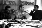 Béchir Ben Yahmed entre Guy Sitbon (à g.) et Mohamed Ben Smaïl (à dr.),dans la salle de rédaction d'« Afrique Action », à Tunis, en 1960.