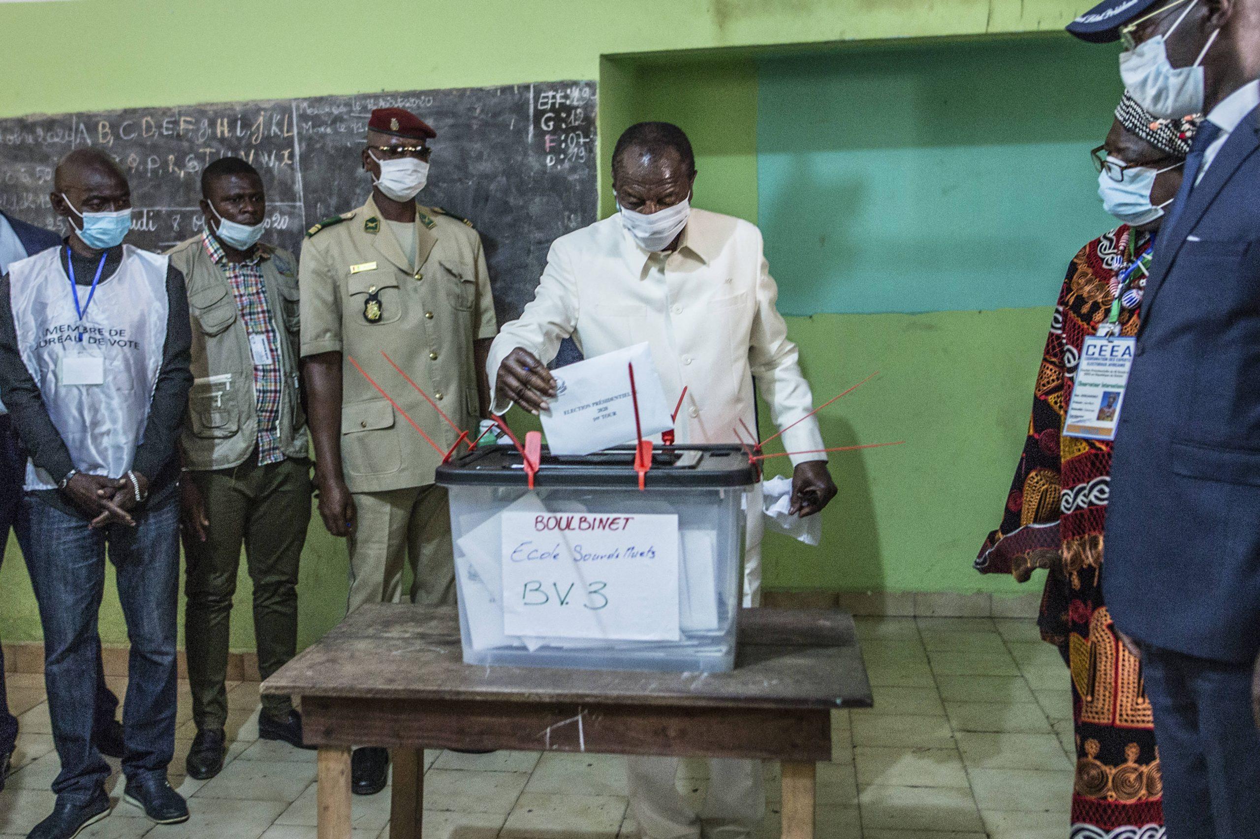 Le président sortant, Alpha Condé, vote à Conakry, le 18 octobre 2020.