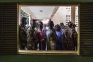 Des civils et des soldats font la queue pour voter à Conakry, à l'occasion du premier tour de l'élection présidentielle, le 18 octobre 2020.