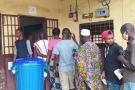 Une file d'électeurs devant un bureau de vote du quartier Camayenne, proche banlieue de Conakry, le 18 octobre 2020.