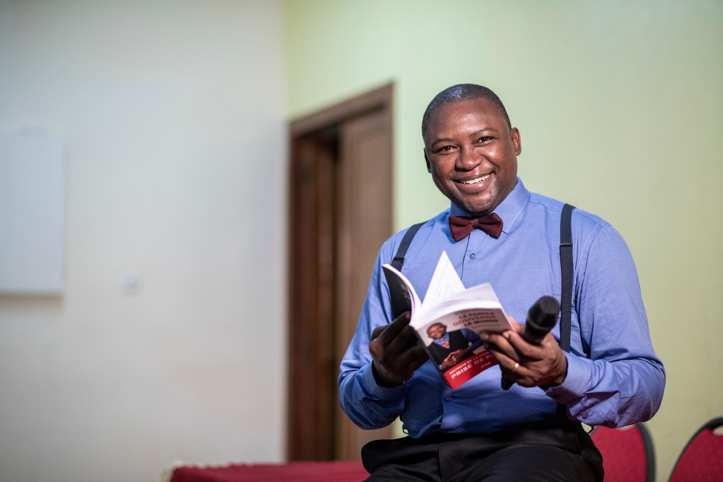 Le Sénégalais Cheikh Diallo, auteur de l'ouvrage « La parole gouverne le monde : Secrets de la prise de parole », dans ses bureaux à Dakar.