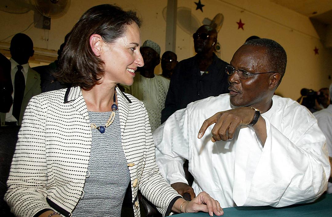 La socialiste française Ségolène Royal avec Ousmane Tanor Dieng, premier secrétaire du Parti socialiste sénégalais, au siège à Dakar le 26 septembre 2006.