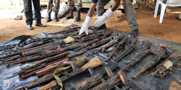 Armes remises à l'ONUCI par d'ex-combattants de la crise post-électorale, à Abidjan, en juillet 2012.