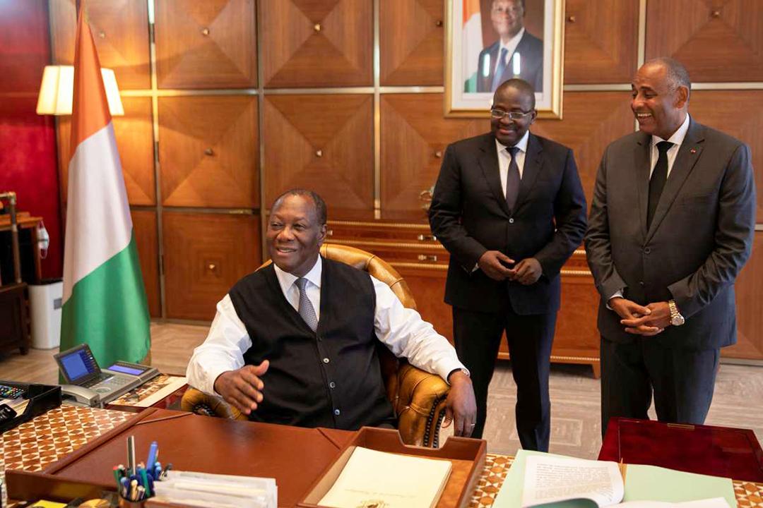 Alassane Ouattara (au premier plan) avec (de g. à d.) Fidèle Sarassoro, son directeur de cabinet, et Patrick Achi, secrétaire général de la présidence, à Abidjan, le 18 septembre 2020