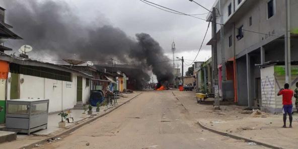 Dans le quartier d'Anono, à Abidjan, des manifestants ont dressé des barricades avec des pneus brûlés, le 19 octobre 2020.