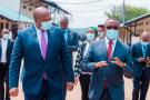 Le ministre burundais des Affaires étrangères Albert Shingiro (à g.) a rencontré son homologue rwandais Vincent Biruta à la frontière Nemba-Gasenyi, le 20 octobre 2020.
