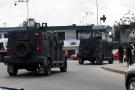 Des véhicules de la police anti-émeute lors de heurts à Abidjan, le 19 octobre 2020.