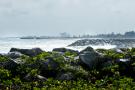 Enrochements et digues de protection le long de la côte.
