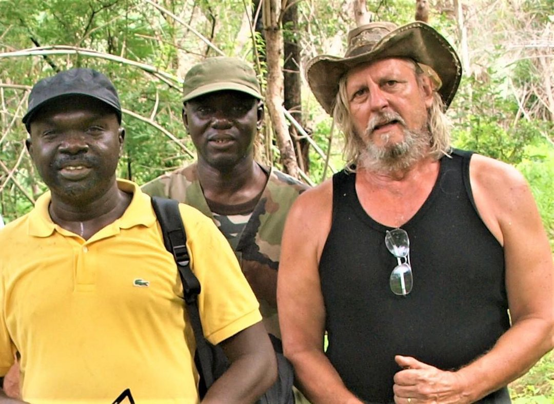 Le professeur Didier Raoult avec le docteur Cheikh Sokhna au Parc Niokolo-Koba, en polo jaune, (Sénégal) en août 2019.