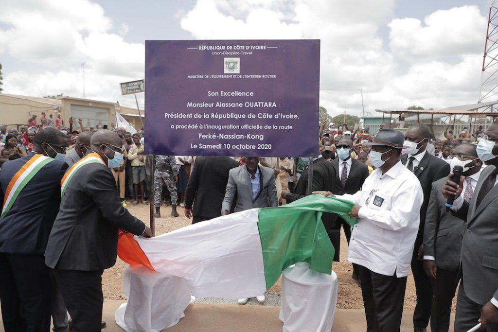 Alassane Ouattara, lors de l'inauguration des travaux de la route Ferkessédougou-Nassian-Kong, en présence de Mahamadou Bonkoungou, le 10 octobre 2020.