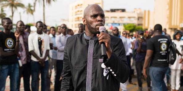 Kemi Seba, de son vrai nom Stellio Capo Chichi, lors d'une manifestation contre le franc CFA, à Dakar, le 19 août 2017.